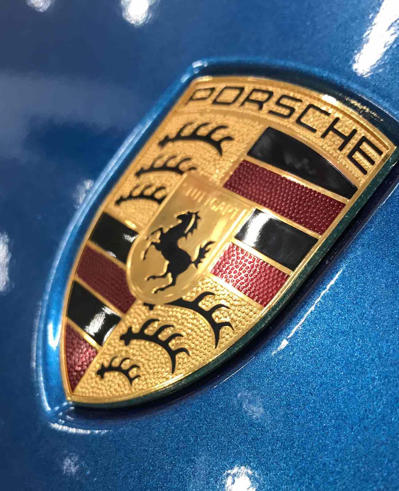 porsche cayenne blu car wrapping dettaglio stemma