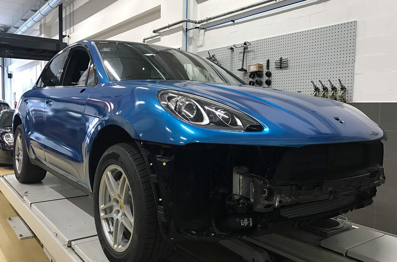porsche cayenne blu car wrapping fronte officina